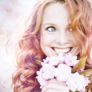 schne Frau rothaarig mit Kirschblten Blumenstrau